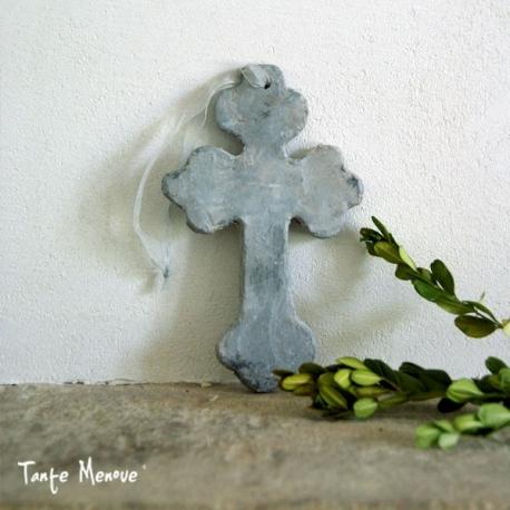 Croix tréflée en terre patinée grise